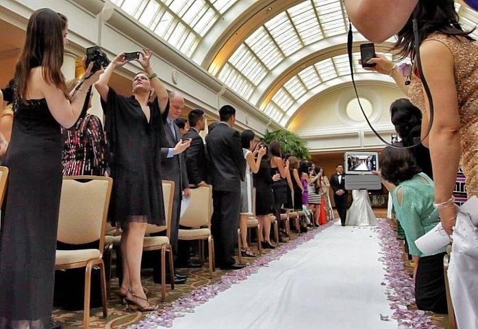 convidado de casamento na frete do fotógrafo