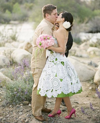 Mais um vestido de noiva de crochê com o fundo verde (Foto: Divulgação)