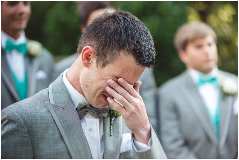 O noivo não conseguiu segurar as lagrimas quando viu sua futura esposa (Foto: Divulgação)