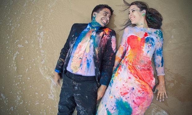 Até noivos sujos de tinta valem (Foto: Divulgação)