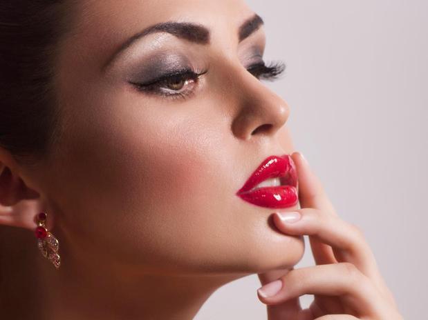 Não exagere na boca e nos olhos ao mesmo tempo na maquiagem (Foto: Divulgação)
