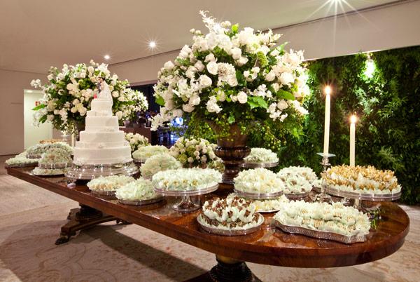 decoracao branca casamento:folhagem fica linda nessa decoração (Foto: Divulgação)