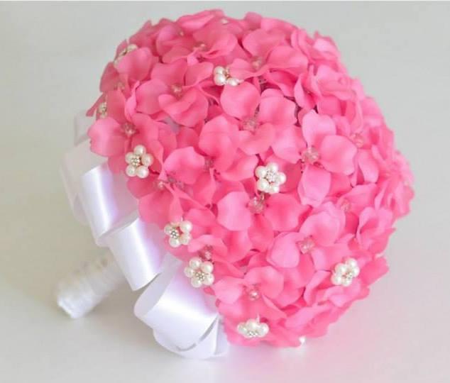Buquê feito com flor artificial de bijuteria por Vali Compras Casamentos (Foto: Aleatória)