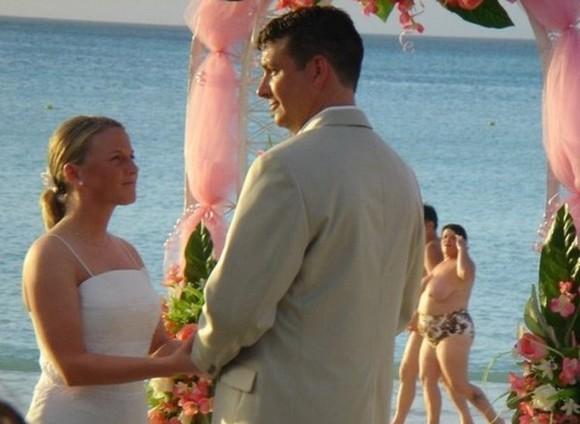 Mulher semi nua aparece no funco da foto de casamento (Foto: Divulgação)