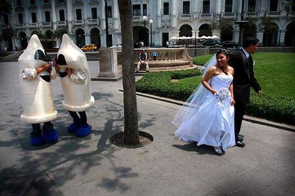 Camisinha estraga foto de casamento (Foto: Divulgação)