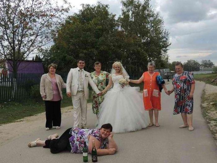 Mulher deita no chão para fazer pose em foto de casamento (Foto: Divulgação)