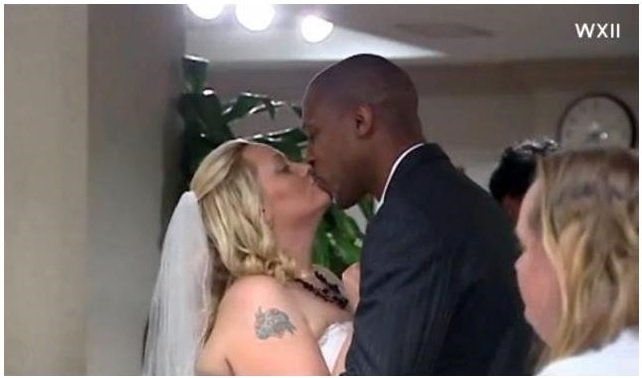 Casal em cerimônia no hospital (foto: Divulgação)