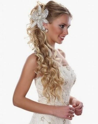 Cabelo lateral fica muito bom para noivas com cabelo cacheado (Foto Divulgação)