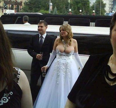 Vestido de noiva com decote exagerado (Foto Divulgação)
