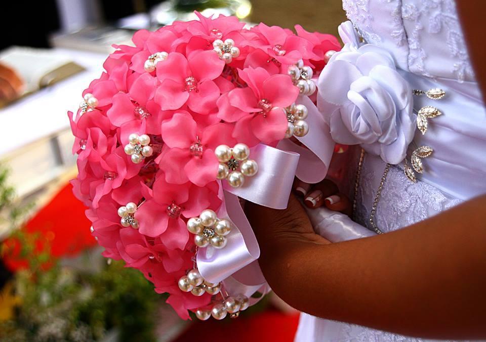 Vali Compras Casamentos faz buquês de broches e pérolas (Foto: Divulgação)