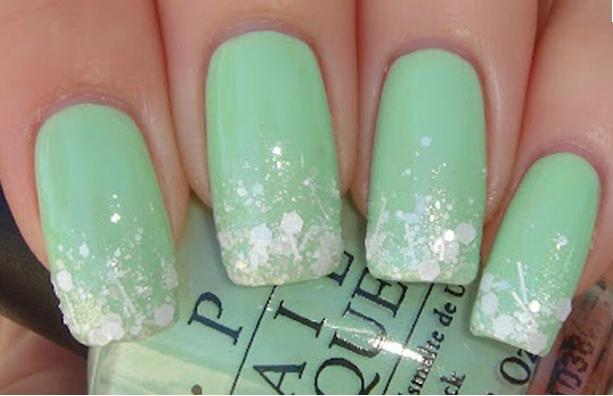 Unha verde clara com brilhos delicados (Foto: Divulgação)