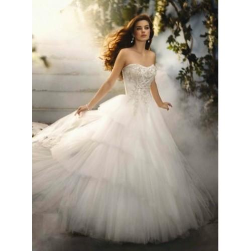 Modelos de vestido de noiva com camadas (Foto: Divulgação)