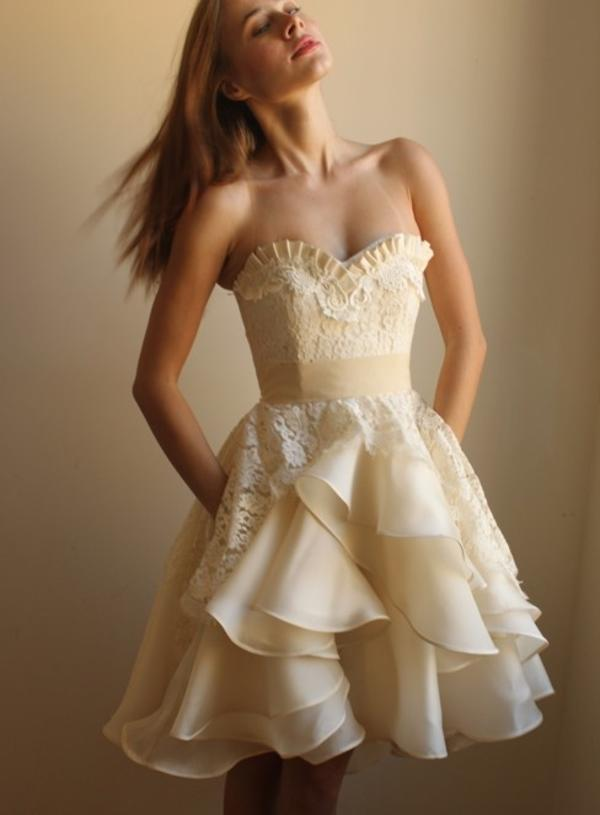 Modelos de vestido de noiva curto com cor (Foto: Divulgação)