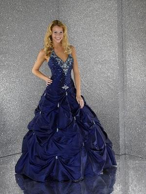 Modelo de vestido de noiva roxo (Foto: Divulgação)