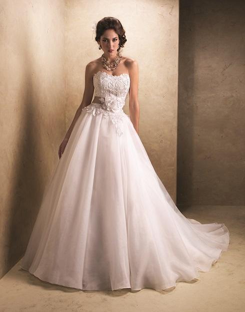 Modelo de vestido de noiva com renda (Foto: Divulgação)