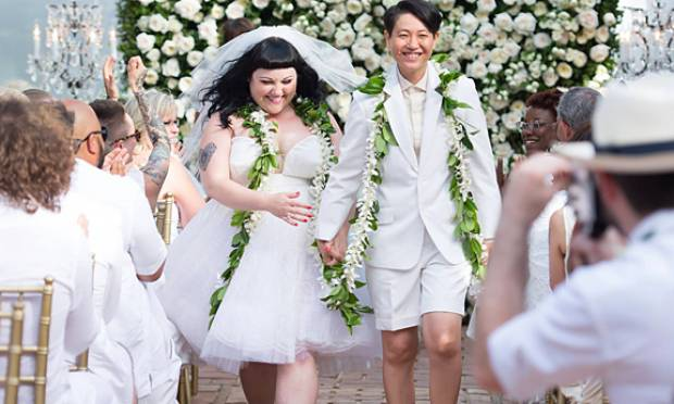 Beth Ditto, vocalista da banda The Gossip, usou um vestido de tule branco curto (Foto: Divulgação)