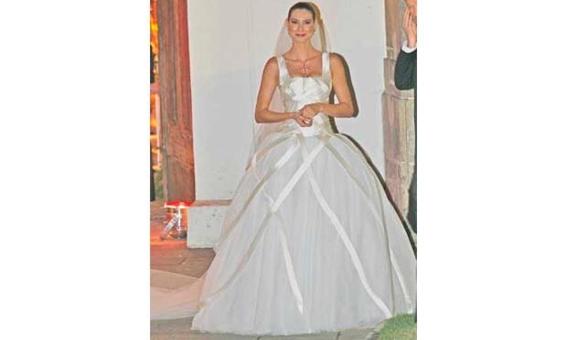 Lavínia Vlasak usou um vestido de noiva com saia volumosa (Foto: Divulgação)