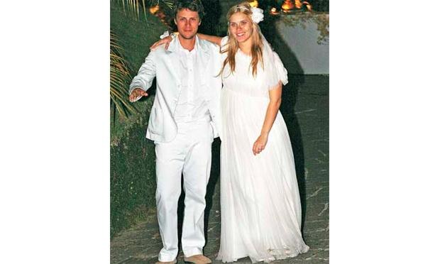 Carolina Dieckmann estava com um vestido que não tinha cara de noiva (Foto: Divulgação)