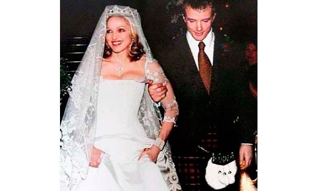 Madonna usou um vestido de noiva com um imenso véu no casamento com casamento com o cineasta Guy Ritchie (Foto: Divulgação)