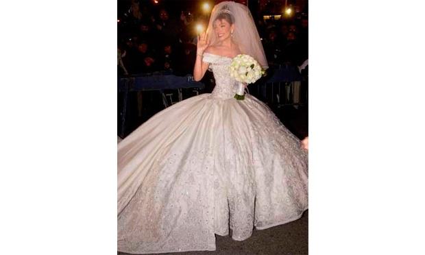 A cantora Thalia usou um vestido de noiva com corpete com decote canoa todo bordado e saia volumosa e super-rodada com detalhes na barra (Foto: Divulgação)