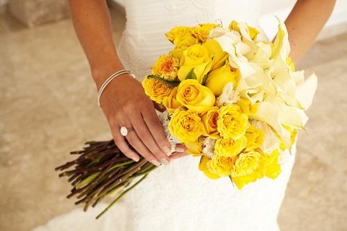 Bouquet de noiva com flores amarelas e lindas.