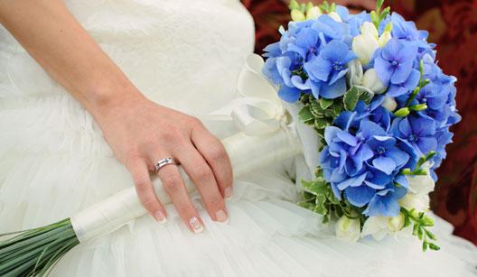 Bouquet de noiva roxa e delicada.