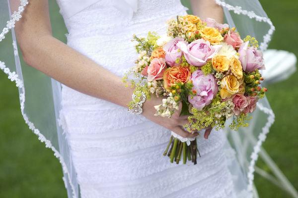 Bouquet de noiva de flores coloridas.