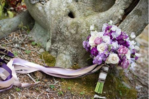 Bouquet de flores brancas e roxas.
