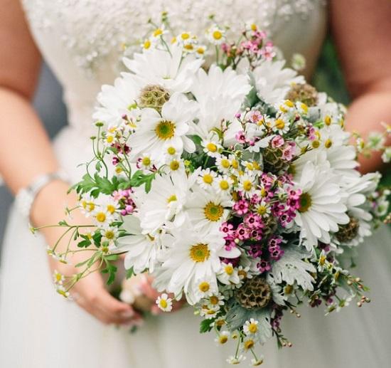 Aposte em um buquê de noiva branco com rosinha (Foto: Divulgação)
