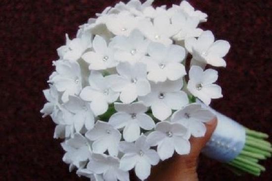 Buquê de flores de papel brancas