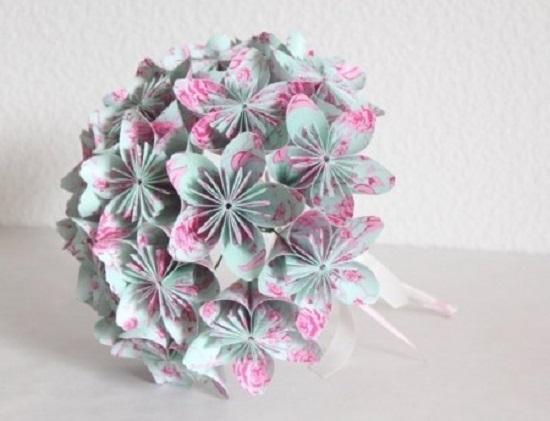 Buquê de noiva feito com papel bem colorido e delicado
