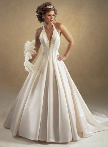 Vestido de noiva com decote e frente única.