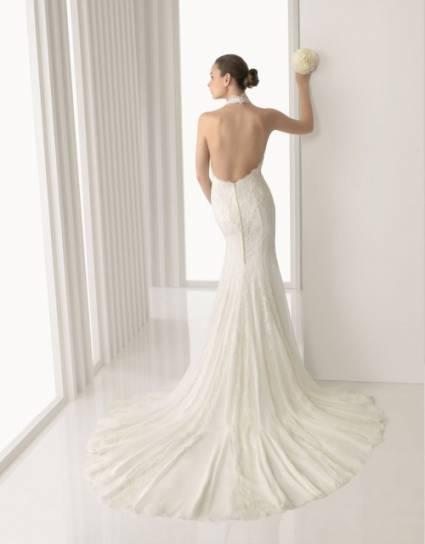 Vestido de noiva com decote nas costas.