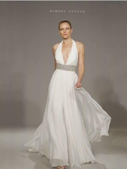 Vestido de casamento com decote profundo.