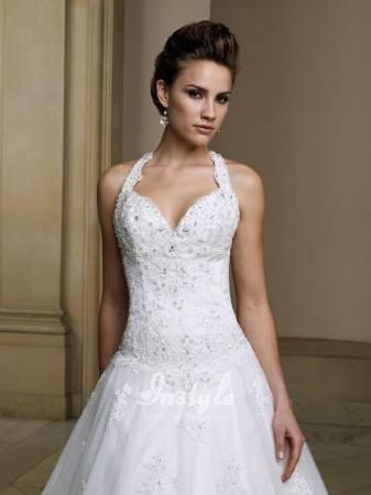 Vestido de noiva diferente e decotado.
