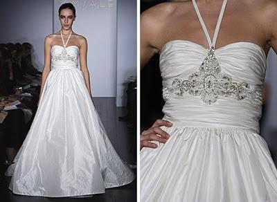 Vestido de casamento frente única com alça fina.