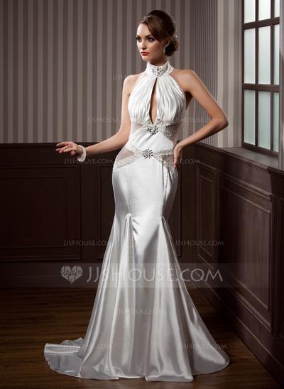 Vestido de noiva com decote em V.