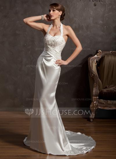 Vestido de noiva com alça fina e frente única diferente.