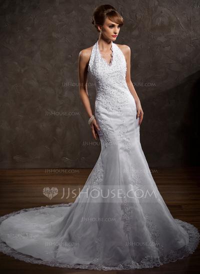 Vestido de noiva branco e colado no corpo.