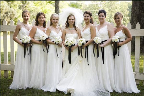 Vestido de madrinha de casamento na cor branca.