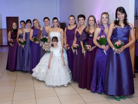 Vestidos de festa para madrinhas todos os iguais (Foto: Divulgação)