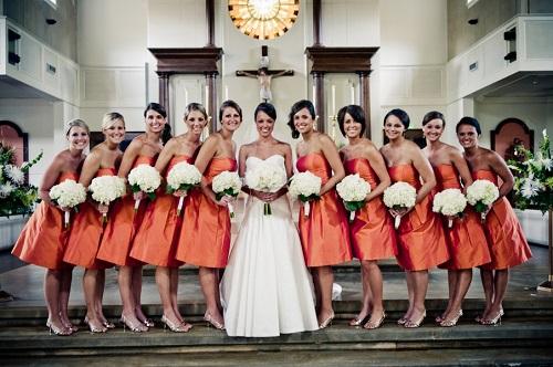 Vestido madrinhas de casamento todas iguais de laranja.