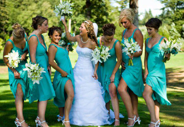 Vestido de madrinha azul e lindo para madrinhas entrarem todas iguais.
