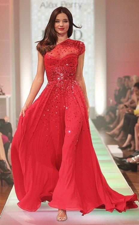 Vestido de festa vermelho que possui renda.