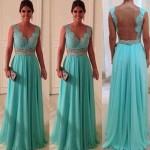 Vestido de festa azul claro com decote nas costas.