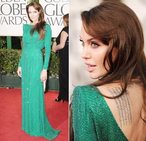 Vestido verde com decote nas costas e longo.