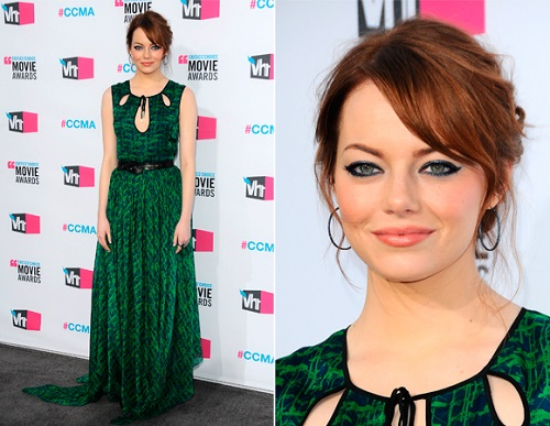 Vestido verde lindo com o decote diferente.
