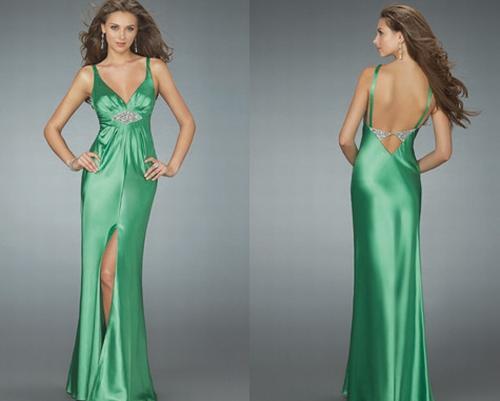 Vestido verde claro com alça fina.