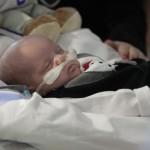 Bebê ligado a aparelhos (Foto: Divulgação)