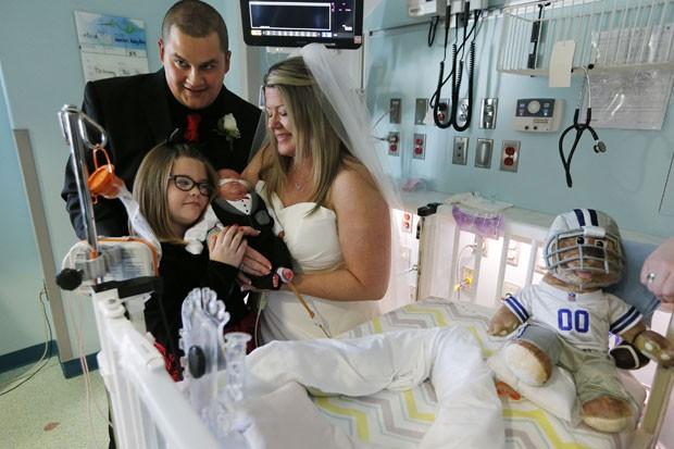 Casal e seu pequeno filho doente em casamento na UTI.